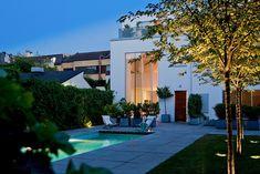 Påkostad arkitektur i idyllisk gatuhusmiljö