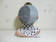 ¡ Bienvenido a Claireoncloud9    Oscuro gris / luz gris redonda luna amortiguador decorativo / almohada (con cráteres!)    Linda sueño luna. El