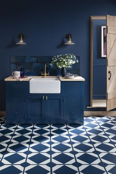 Classic Blue : Pantone Colour of the Year Create a bold statement by using Classic blue throughout your kitchen. Geometric vinyl flooring, blue walls, blue tiles and blue kitchen cabinets. Blue Kitchen Cabinets, Kitchen Tiles, Kitchen Flooring, Kitchen Furniture, New Kitchen, Kitchen Decor, Island Kitchen, Latest Kitchen Trends, Latest Kitchen Designs