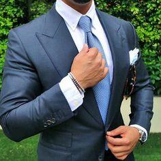 Varianta středně modré barvy obleku doplněný bledě modrou košilí a vázankou modré barvy