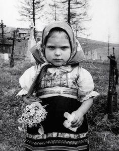 A child in a cemetery holding flowers, Prague, Czechoslovakia, photograph by Frank Scherschel. Half The Sky, Vintage Children Photos, Drawing Wallpaper, Danse Macabre, Elements Of Art, My Heritage, Photo Black, Vintage Photographs, People Around The World