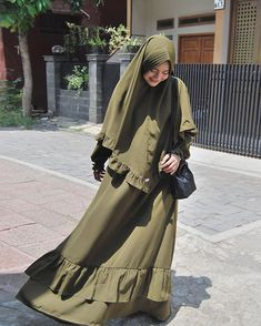 Image may contain: 1 person, standing Hajib Fashion, Moslem Fashion, Ulzzang Fashion, Abaya Fashion, Muslimah Clothing, Modest Fashion Hijab, Casual Hijab Outfit, Arab Girls Hijab, Hijab Fashion Inspiration
