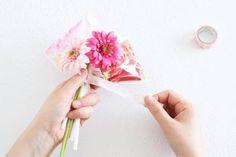 100均アイテムを使ってキャンディーブーケを簡単に作る方法 : 窪田千紘フォトスタイリングWebマガジン「Klastyling」暮らす+スタイリング How To Preserve Flowers, Artificial Flowers, Diy And Crafts, Wraps, Tableware, Wrapping, February, Fake Flowers, Dinnerware