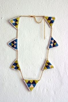 triangles in the best colors from spinthread. Textile Jewelry, Fabric Jewelry, Jewelry Art, Jewelry Design, Jewellery, Maila, Triangle Necklace, Geometric Jewelry, Diy Necklace