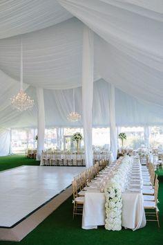 Llena de glamour, una recepción con carpa en blanco. Fotografía Kallima Photography.