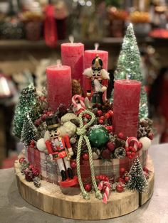 Christmas Advent Wreath, Indoor Christmas Decorations, Christmas Candles, Christmas Centerpieces, Christmas Holidays, Christmas Crafts, Xmas, Christmas Floral Arrangements, Christmas Wonderland