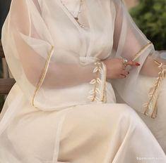 مانتو عقد ساده و شیک حریر شیری رنگ گلدوزی شده Modest Fashion, Fashion Dresses, Hijab Fashion Inspiration, Fashion Tips, Casual Dresses, Short Dresses, Petite Fashion, Womens Fashion, Eid Outfits
