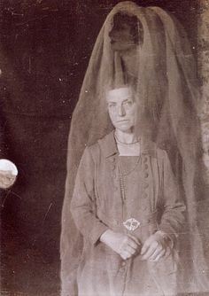 i see dead ppl Real Ghost Photos, Ghost Pictures, Weird Pictures, Ghost Photography, Spirit Photography, Vintage Photography, Diesel Punk, City Of Shadows, Creepy Ghost