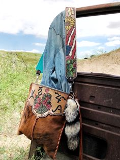 banking modelleri Western cowhide purse handmade by ArteVae Cowhide Purse, Tooled Leather Purse, Leather Tooling, Leather Purses, Western Purses, Boho Bags, Purse Strap, Leather Projects, Cowgirl Style