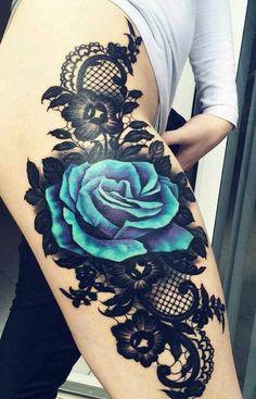 60 sehr provokative Rose Tattoos Designs und Ideen - Schwarze und blaue Rose Tattoo Designs am Oberschenkel - Trendy Tattoos, Sexy Tattoos, Cute Tattoos, Unique Tattoos, Beautiful Tattoos, Body Art Tattoos, Bird Tattoos, Tatoos, Sleeve Tattoos