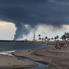 Una tarde triste en el Puerto de Veracruz  #Pemex #Veracruz #nubes #nubes #weekend  #travel  #mexico #accident  #burn #picoftheday  #jarochilandia #costa #sea #boat #sunset #boat #ship