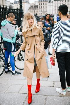 PFW Street Style bright red booties and a camel trench coat Mode Outfits, Fashion Outfits, Fashion Trends, Fashion Boots, Paris Fashion, Fall Outfits, Orange Hose, Mode Style, Style Me
