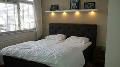 Ons nieuwe Cinderella  electrische  boxspring bed. Met boven het bed een Lack plank van Ikea (190cm) met daaronder Dioder ledverlichting ook van Ikea. Alleen nog nieuwe nachtkastjes......