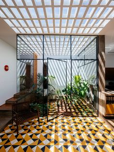 Vao Arquitetura's residential project in Avaré, Brazil features a luscious central courtyard that becomes visually integrated within the interior. Patio Interior, Interior Design, Modern Interior, Design Art, Investment House, Moderne Pools, Red Walls, Open Plan, Cladding