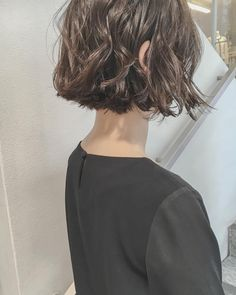 I think I want this sort of chin-length, blunt cut wavy bob, but less wispy? Messy Bob Hairstyles, Pretty Hairstyles, Cut Her Hair, Love Hair, Medium Hair Styles, Curly Hair Styles, Hair Arrange, Hair Pictures, Hair Looks