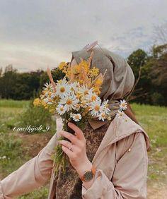 Hergün yepyeni tesettür profil resimleri paylaşacağız. Hesabımızı ve sitemizi takipte kalın! ~ #hijab #hijabfashion #tesettur #tesettür #profil #profilresmi #profile #IslamicProfile #Islamic #women #woman #girl #back #flower #Allah #diniresimler #dini Iranian Women Fashion, Arab Fashion, Muslim Fashion, Hijabi Girl, Girl Hijab, Niqab, Hijab Hipster, Muslim Images, Beautiful Hijab Girl