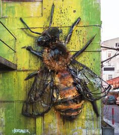 Beee  art out of garbage to remind us about pollution!