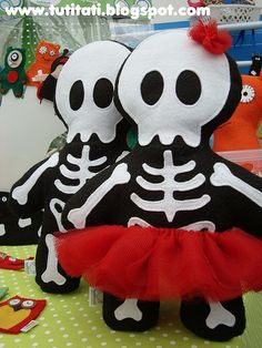 Love these felt skeleton softies! Dulceros Halloween, Adornos Halloween, Holidays Halloween, Halloween Decorations, Vintage Halloween, Halloween Makeup, Halloween Costumes, Fall Crafts, Diy And Crafts