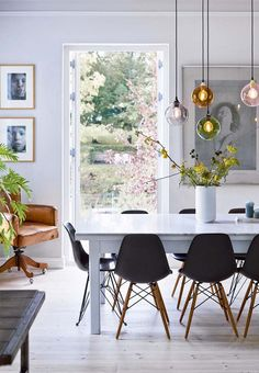 Scandinavian dining room with beautiful flowers and branches from the garden. Source by vanessagoscinny Scandinavian dining room with beautiful flowers and branches from the garden. Scandinavian Interior Design, Scandinavian Living, Danish Interior, Dining Room Inspiration, Dining Room Lighting, Dining Lighting, Dining Room Design, Room Interior, Dining Chairs