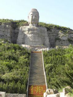 Gran Buda de piedra de Mengshan (蒙山大佛), de 63 metros de altura, al sureste de la ciudad de Taiyuan (太原) en la provincia de #Shanxi. Tallado sobre la roca de la montaña. La estatua fue ordenada construir durante la dinastía Qi del Norte (北齐, 550–577), y ello la convierte en el #buda de estas características más antiguo de #China. http://confuciomag.com/shanxi-provincia-llena-tesoros-china