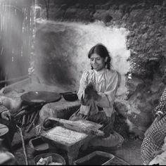 Una señora moliendo su maíz y haciendo tortillas,maravillosa toma.