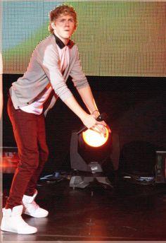 Niall is twerking it ;)