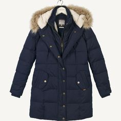 Packed with so many amazing features, this longline puffer is the perfect coat to see you through the cold winter months. It's lined with a super soft, snuggly Borg, making it so warm and cosy to wear, and is padded on the outside for a premium FatFace finish. This one is perfect for any occasion: dress it down around the town, or pop it over a pretty skirt-and-boot combination.