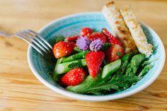 lauwarmer Spargel-Erdbeersalat mit Dinkelknusper