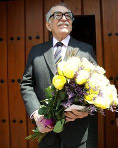 Gabriel García Márquez sostiene un ramo de flores mientras saluda a los periodistas frente a su casa en la Ciudad de México, el 6 de marzo de 2013. El nobel celebró su cumpleaños número 86.