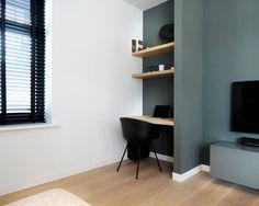 Wat een fijn werkplekje in de woonkamer bij dit project! #lifs #interieuradvies #styling #maatwerk #kleuradvies #steeldoor maatwerk en… Houzz, Home Office, Corner Desk, Shelving, Blinds, Curtains, Interior Design, Inspiration, Furniture
