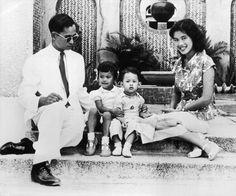 King Bhumibol Adulyadej pictured with his wife Queen Sirikit and their children Crown Prince Maha Vajiralongkorn (right) and Princess Ubolratana Rajakanya in King Bhumipol, King Rama 9, King Of Kings, King Queen, Thailand Monarchy, Thai Princess, Prince Héritier, Queen Sirikit, Bhumibol Adulyadej