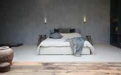 La zona notte si colora del colore #Pantone dell'anno, il #Serenity e #Microtopping illumina lo spazio moderno con dettagli #shabbychic. #pavimento #bedroom