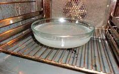 Υπάρχει τρόπος να καθαρίσετε τα λίπη από το φούρνο σας εύκολα και με φυσικό τρόπο!!! Βάζετε σε ένα πυρέξ νερό και στύβετε μέσα ένα μεγάλο λεμόνι. Έπειτα ρίχνετε μέσα και τις λεμονόκουπες και ανάβετε το φούρνο στους 180 βαθμούς μέ%C