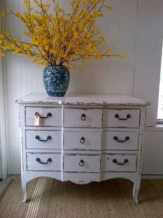 http://www.bohemianandchic.com/articulo/21-ideas-para-decorar-la-entrada-con-una-comoda