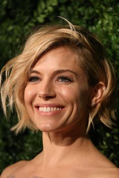 Sienna Miller makes the choppy bob look effortless. Sienna Miller Short Hair, Estilo Sienna Miller, Choppy Bob Hairstyles, Short Bob Haircuts, Cool Hairstyles, Short Hair Cuts, Short Hair Styles, Short Wavy, Look 2015