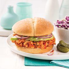 Burger à l'effiloché de poulet - 5 ingredients 15 minutes Hamburger, Sandwiches, Sauce Barbecue, Calories, Salmon Burgers, Menu, Ethnic Recipes, Food, Carrot Fries