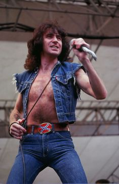 """He sang for the bands """"The Valentines"""" and """"Fraternity"""" before joining the heavy metal band """"AC/DC"""" in replacing singer Dave Evans. Cause of death: acute alcohol poisoning Bon Scott, Pop Rock, Rock And Roll, Hard Rock, Punk, Ac Dc Rock, Angus Young, Music Pics, 80s Music"""