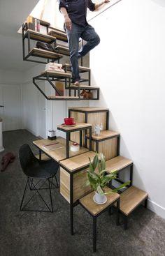 escalier en bois et acier à marches décalées, étagères et bureau