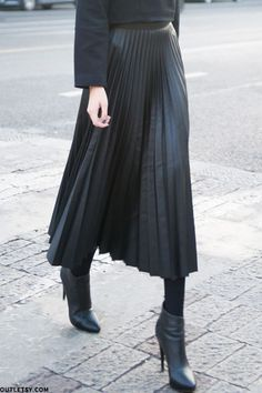 Pleated skirt in leather look Midi Skirt Outfit leather pleated Skirt Midi Skirt Outfit, Winter Skirt Outfit, Black Pleated Skirt Outfit, Midi Skirts, Winter Midi Skirt, Office Skirt Outfit, Skirt Outfits Modest, Gold Skirt, Black Maxi