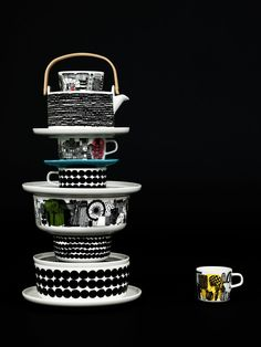 Beautiful dark image with a tower of Marimekko tableware www.nl for Marimekko servies / tableware Ceramic Tableware, Kitchenware, Swedish Design, Home And Deco, Decoration Table, Wooden Handles, Scandinavian Style, Dinnerware, Home Accessories