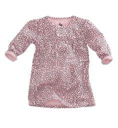 Z8 Newborn jurk model Pearl. Dit jurkje is voorzien van een all over print en heeft lange mouwen en een ronde hals. Roze dessin.