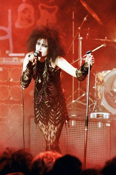 Siouxsie Sioux, 1984, Performing on The Tube with her Banshees.