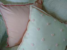 Almohadones rositas rococó Bordados a mano color rosa bebé. Frente color blanco, reverso color rosa palo. Medidas 40x40