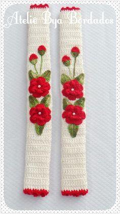Puxadores de Geladeira confeccionado com fio duna e aplicação de folhas e flores,  Podendo ser feito em várias cores á escolher.  Quantidade: 02  Medidas:  45 x 15 cm aberto e fechado : 45 x 11 cm Beaded Flowers Patterns, Crochet Flower Patterns, Crochet Motif, Crochet Designs, Crochet Doilies, Crochet Yarn, Crochet Flowers, Free Crochet, Crochet Kitchen