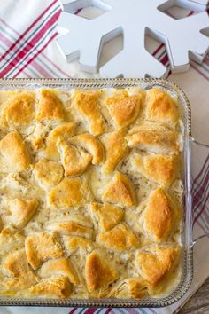 Sausage Gravy & Biscuit Casserole is an easy way to serve this classic breakfast dish! Bake it all together in one dish for a perfect breakfast! Source by - Biscuit And Gravy Bake, Biscuits And Gravy Casserole, Sausage Biscuits, Breakfast Casserole Sausage, Easy Biscuits, Cheese Biscuits, Breakfast Burritos, Breakfast Dessert, Breakfast Dishes
