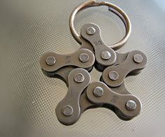 Bike (key) Chain: My dad has a bike chain key holder and I wanted to make one myself. In this guide I will show you how to make your own bike chain key holder without any special tools. Metal Art Projects, Welding Projects, Metal Crafts, Bicycle Crafts, Cool Shapes, Bike Chain, Welding Art, Bike Art, Metal Working