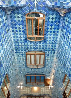 Antoni Gaudí, Casa Batlló, Atrium. Casa Batlló or Casa dels ossos (house of bones) substantially remodeled by Antoni Gaudí 1904–1906 (originally built in 1877). Located at 43 Passeig de Gràcia, Barcelona, Spain