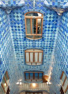 Antoni Gaudí, Casa Batlló, Atrium. Casa Batlló or Casa dels ossos (house of bones) substantially remodeled by Antoni Gaudí 1904–1906 (originally built in 1877). Located at 43 Passeig de Gràcia, Barcelona, Spain