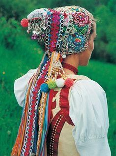 Bridal dress from Telgárt / Obradový čepiec z Telgártu z roku 1998 – súčasť odevu nevesty počas svadobného čepčenia
