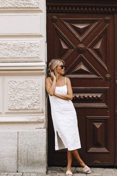 In A Search For A Perfect White Dress For Summer Boxy midi linen dress Bad Fashion, Look Fashion, Fashion Outfits, Daily Fashion, Fashion Styles, Fashion News, Minimal Outfit, Minimal Fashion, Summer Dress Outfits